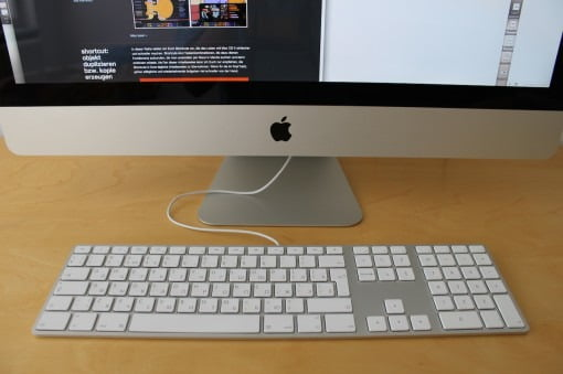 iMac mit kabelgebundener Tastatur