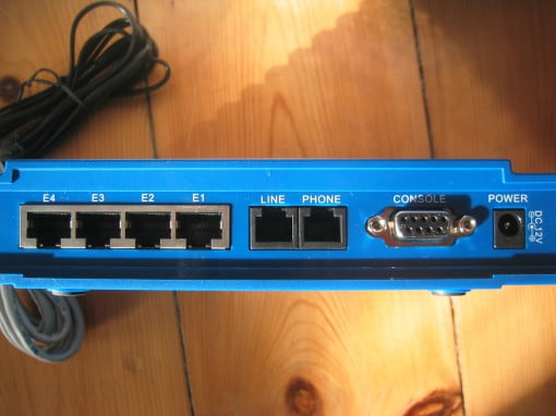 Allnet ALL126AS2 Ports. Altes Gehäuse in blau.