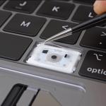 Neue Butterfly Tastatur mit Schutzfolie unter den Tasten